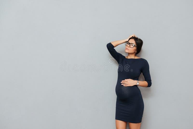 Senhora grávida pensativa do negócio imagens de stock