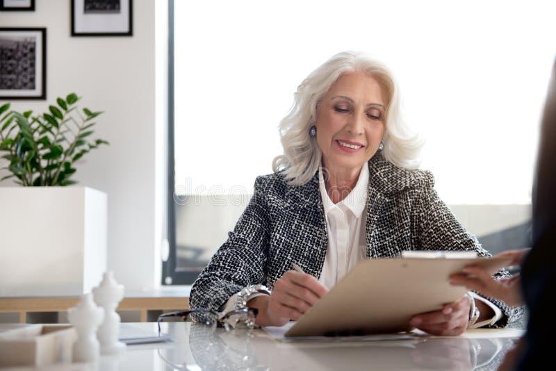 A senhora grisalho encantador está expressando a alegria imagens de stock royalty free