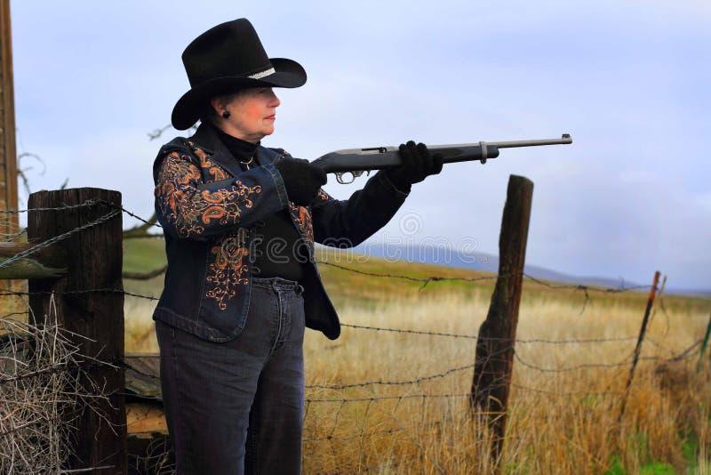 Senhora Gunman da vista lateral fotos de stock
