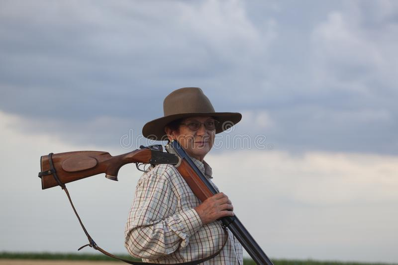 Senhora idosa com o shootgun pronto para a caça imagem de stock