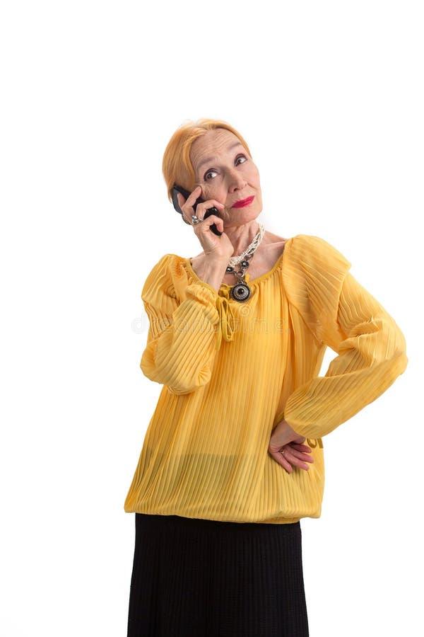 Senhora idosa com telefone celular foto de stock royalty free