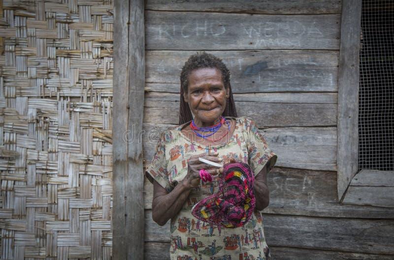 Senhora idosa do tribo de Dani na área rural de Papua ocidental fotos de stock royalty free