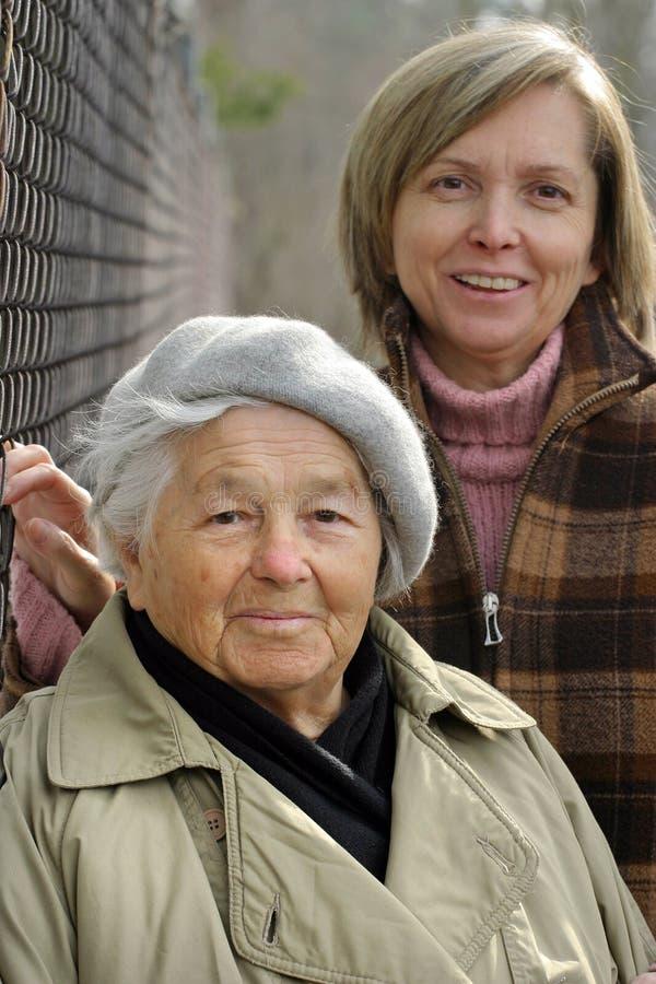 Senhora idosa e sua filha. fotografia de stock