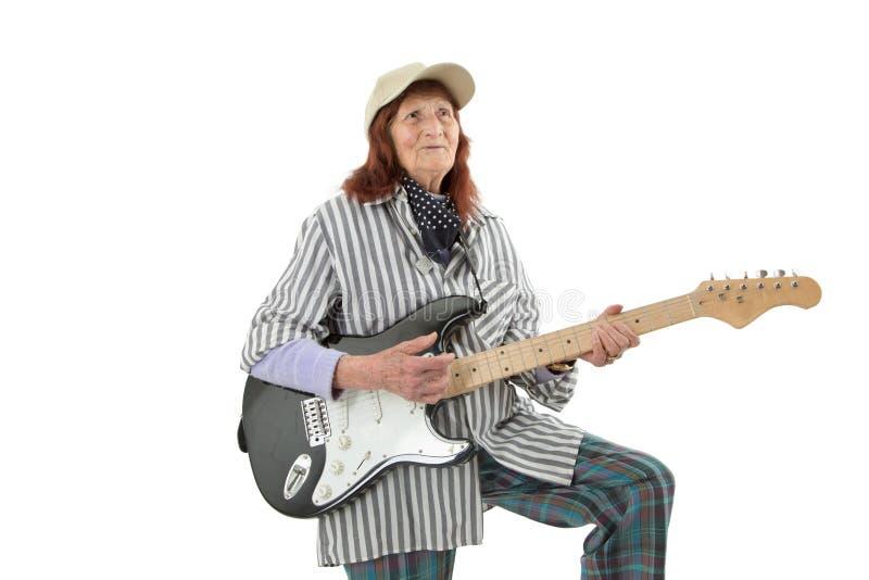 Senhora idosa engraçada que joga a guitarra elétrica fotografia de stock royalty free