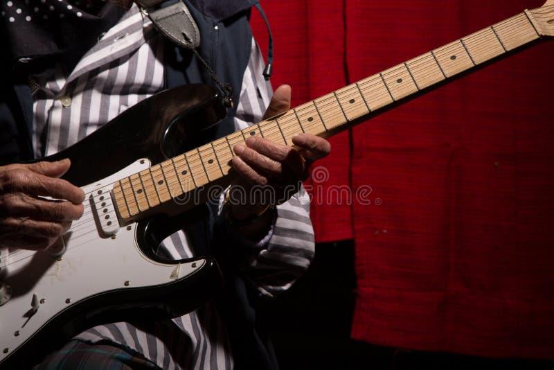 Senhora idosa engraçada que joga a guitarra elétrica fotografia de stock