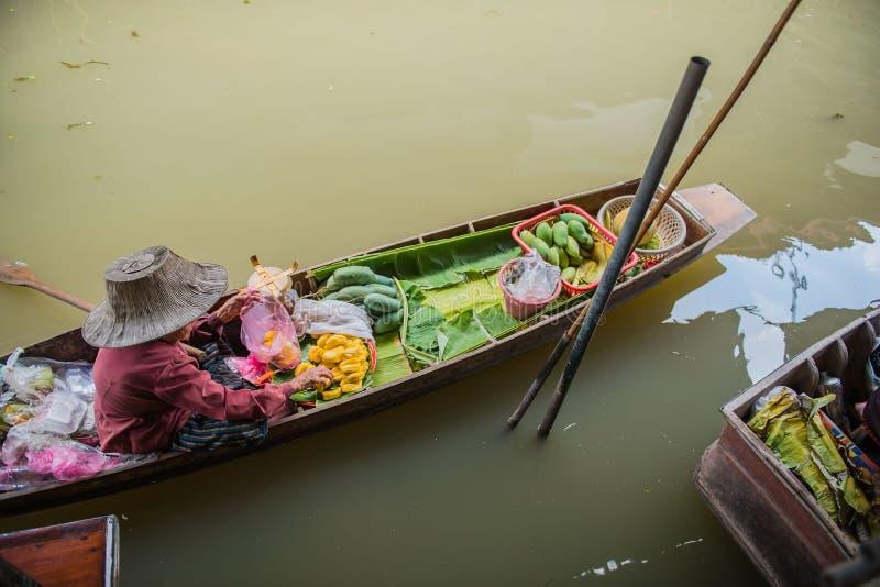 Senhora idosa no barco Mercado de flutuação de Damnoen Saduak em Ratchaburi perto de Banguecoque, Tailândia fotografia de stock royalty free