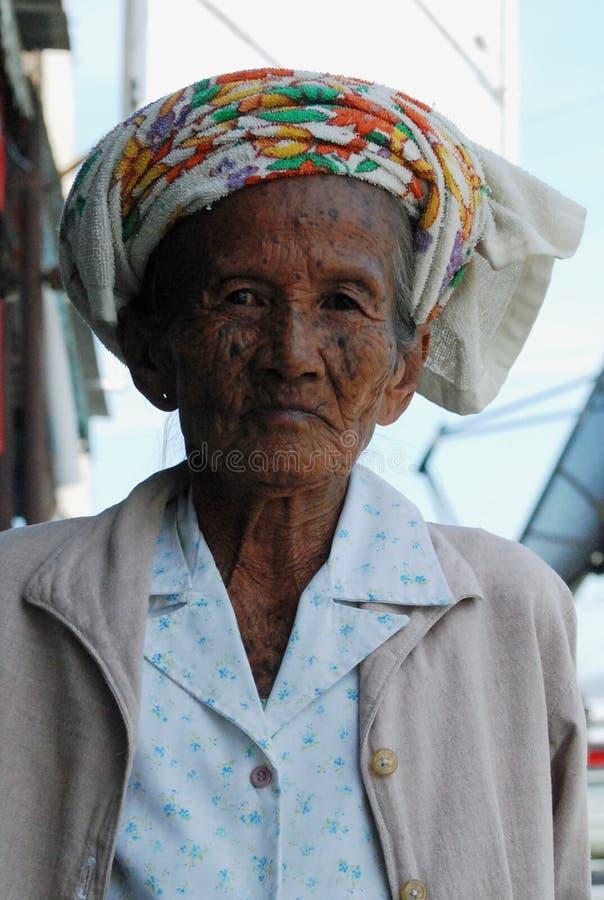 Senhora idosa perto de Pai, Mae Hong Son Province, Tailândia imagem de stock royalty free