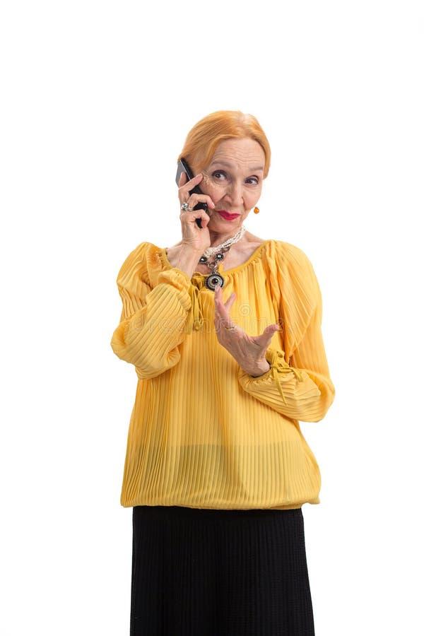 Senhora idosa que guarda o telefone celular fotos de stock royalty free