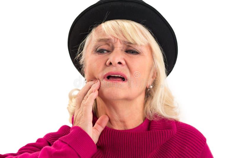 Senhora idosa que tem a dor de dente isolada imagem de stock