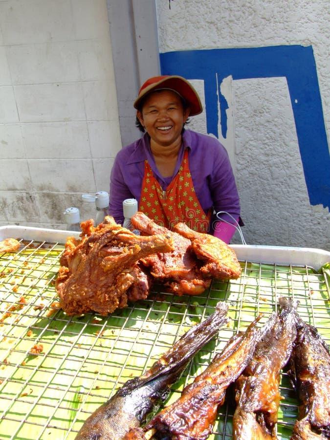 Senhora idosa que vende peixes, Tailândia. fotos de stock