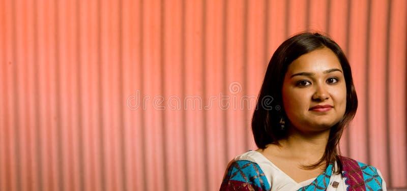 Senhora indiana atrativa no traje tradicional fotografia de stock
