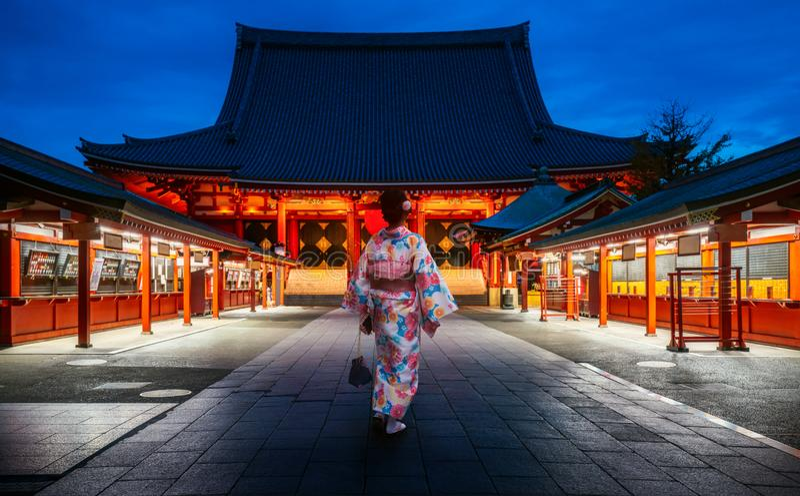 Senhora japonesa no vestido do quimono que anda no templo de Sensoji foto de stock royalty free