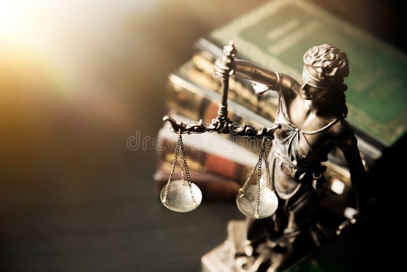 Senhora Justiça Estátua de justiça na biblioteca fotografia de stock