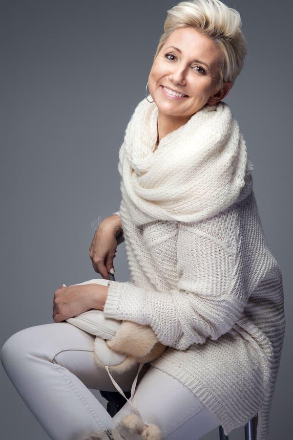 Senhora loura bonita com cabelo curto foto de stock royalty free