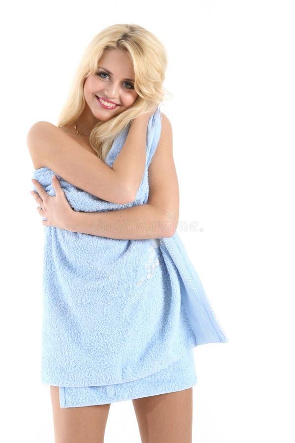 Senhora loura bonita envolvida em uma toalha azul imagens de stock