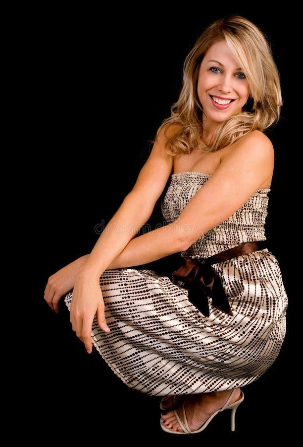 Senhora loura de sorriso bonita em um vestido bege fotografia de stock royalty free