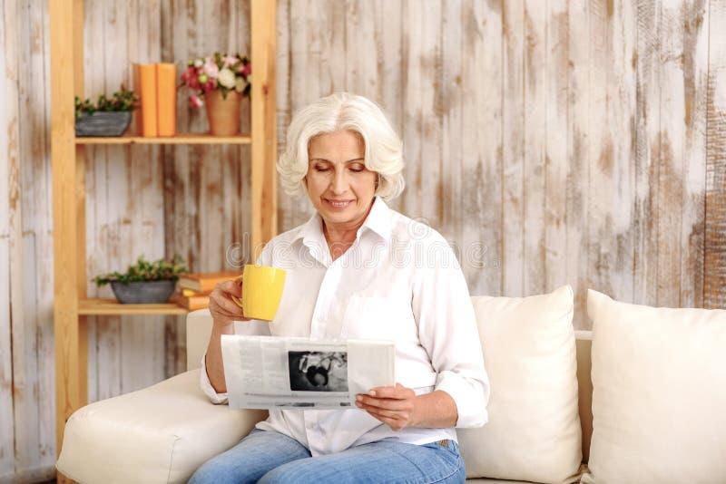 Senhora madura que relaxa em casa fotografia de stock royalty free