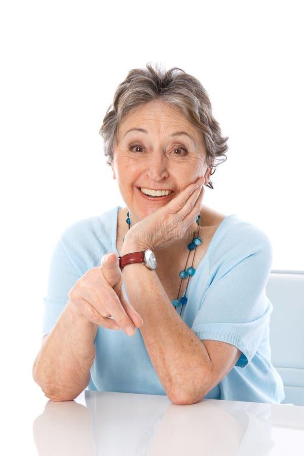 Senhora mais idosa cômico que aponta - mulher mais idosa isolada no CCB branco fotografia de stock royalty free