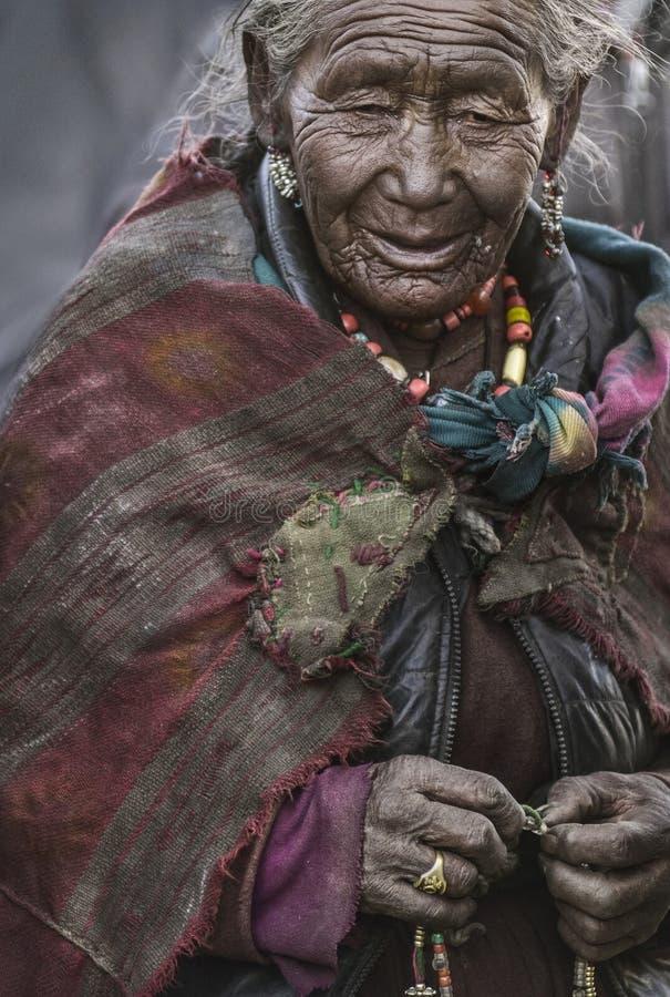A senhora a mais idosa da vila de Korzok, reconhecida como santamente