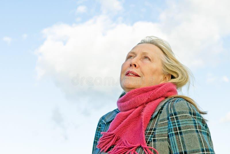 Senhora mais idosa de vista pensativa foto de stock royalty free