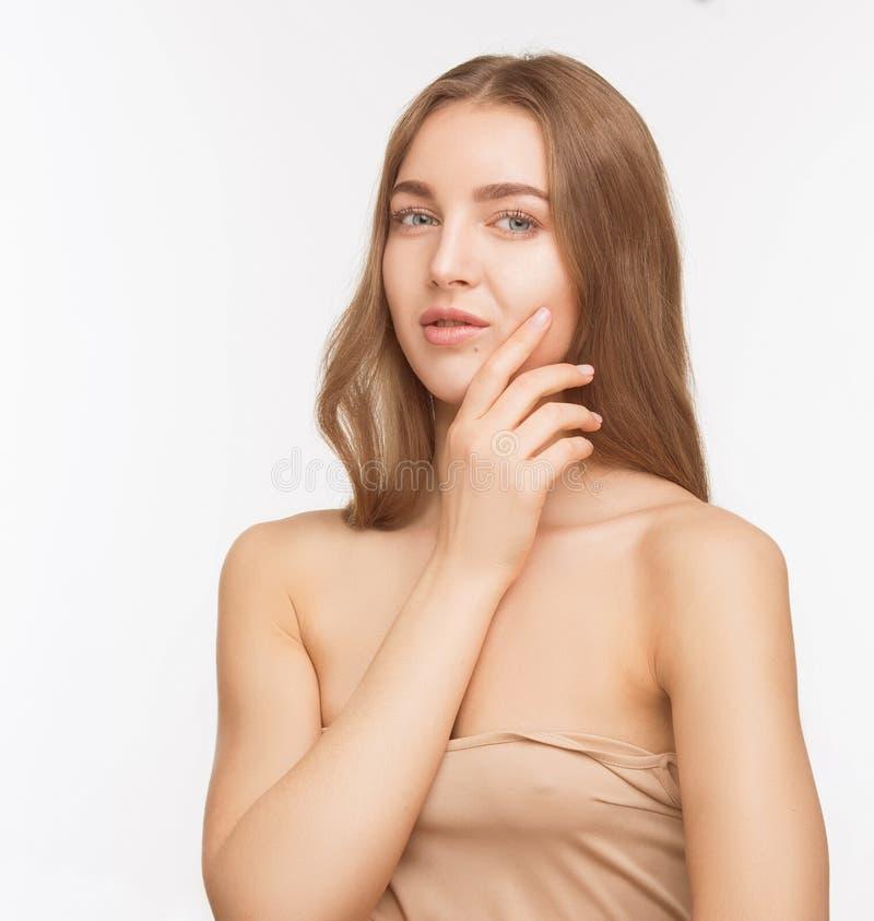 Senhora modelo bonita sobre o fundo branco no estúdio imagem de stock
