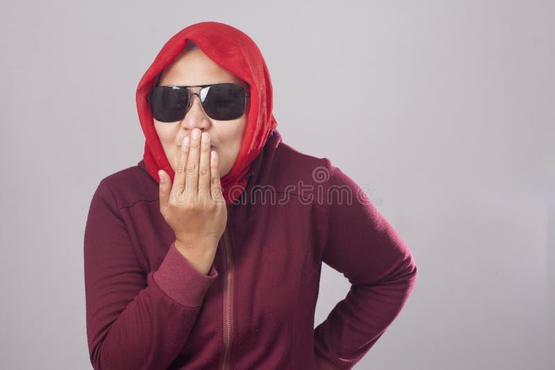 Senhora muçulmana Laughing e coberta de sua boca com a mão imagens de stock