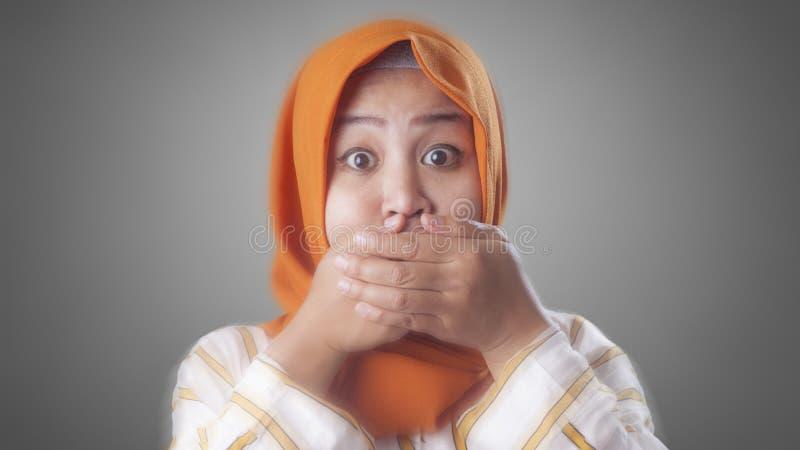 Senhora mu?ulmana Shocked e fechamento de sua boca foto de stock