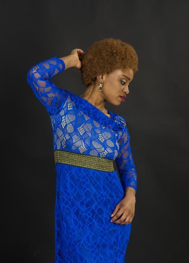 Senhora na cara relaxado com composi??o e penteado afro Senhora no vestido feito fora do la?o Conceito africano da beleza das f?m fotos de stock