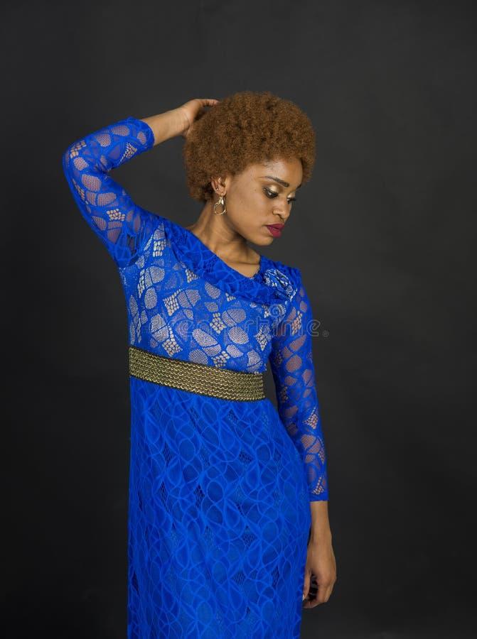 Senhora na cara relaxado com composi??o e penteado afro Senhora no vestido feito fora do la?o Mulher com aparência africana dentr fotos de stock