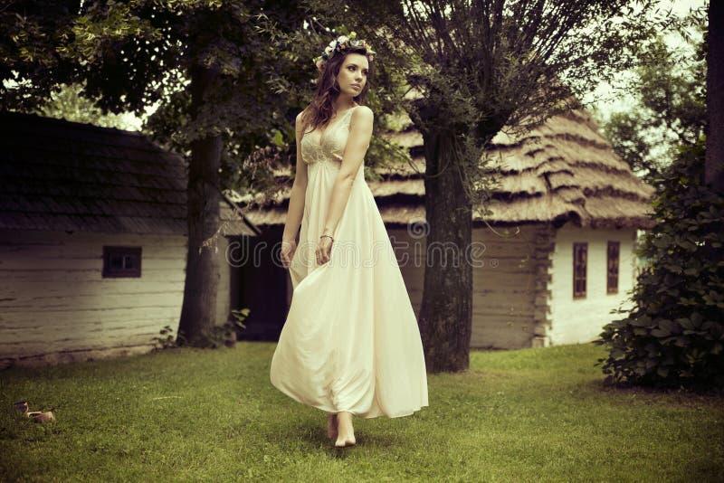 Senhora na dança branca do vestido na grama imagens de stock