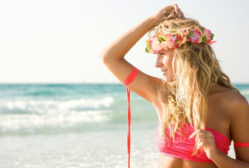 Senhora na praia imagem de stock royalty free