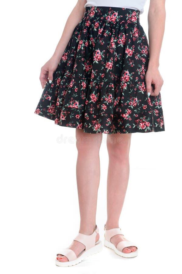 Senhora no passeio do vestido floral Sapatas da cor bege Vestuário com fotografia de stock royalty free