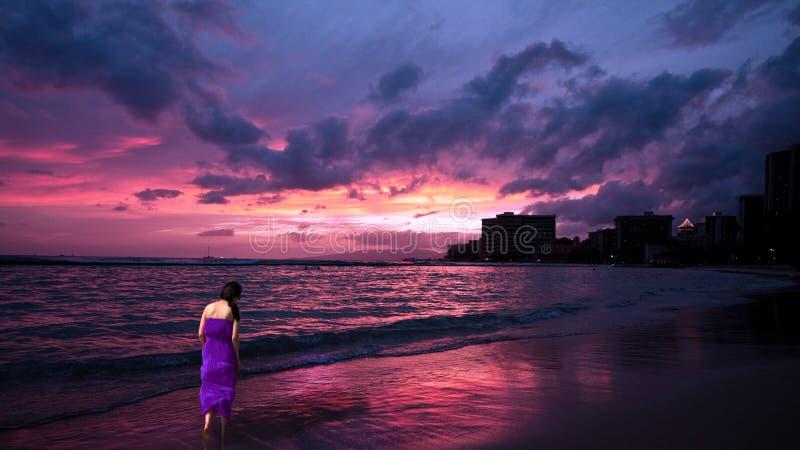 Senhora no passeio roxo na praia de Waikiki, Hawai fotografia de stock