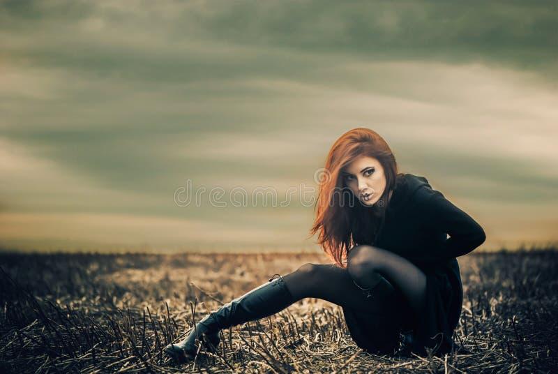 Senhora no preto no campo seco fotos de stock
