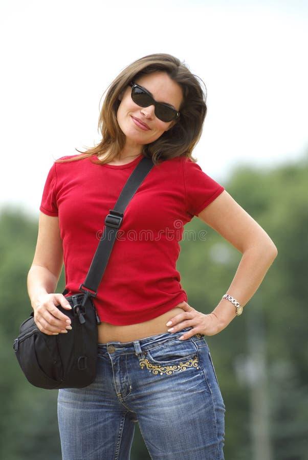 Senhora no t-shirt vermelho fotografia de stock royalty free