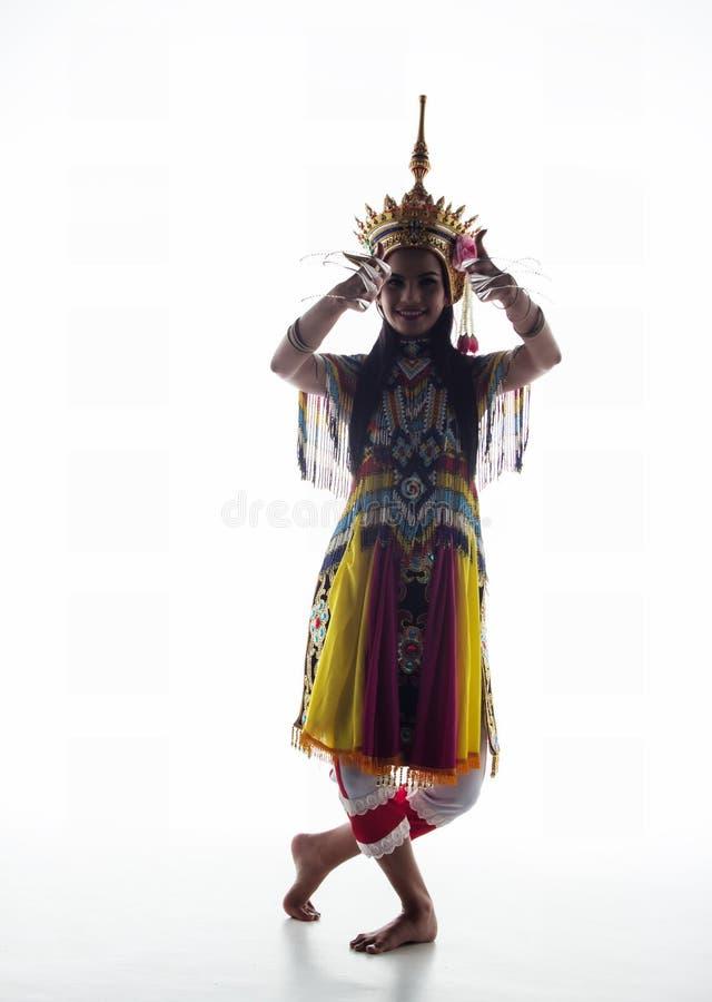 A senhora no terno de dança clássica tailandês do sul está levantando no wh fotos de stock