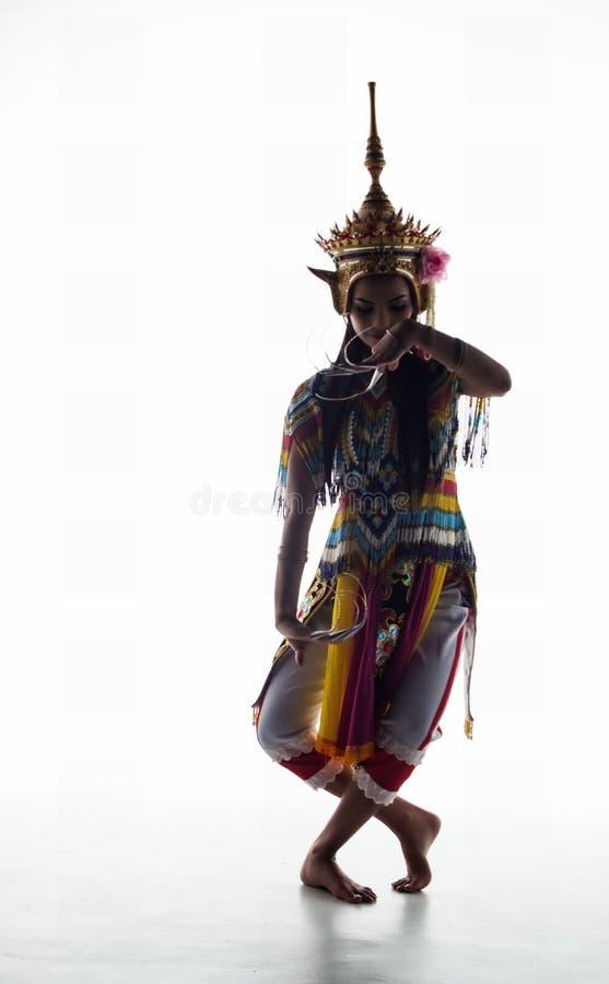 A senhora no terno de dança clássica tailandês do sul está levantando no wh imagens de stock royalty free