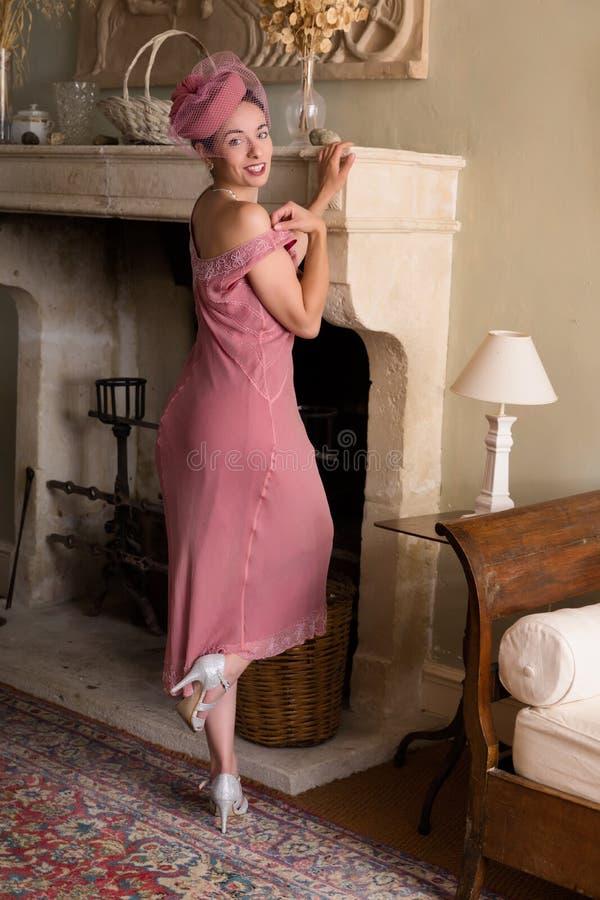 Senhora no vestido do flapper na chaminé fotos de stock royalty free