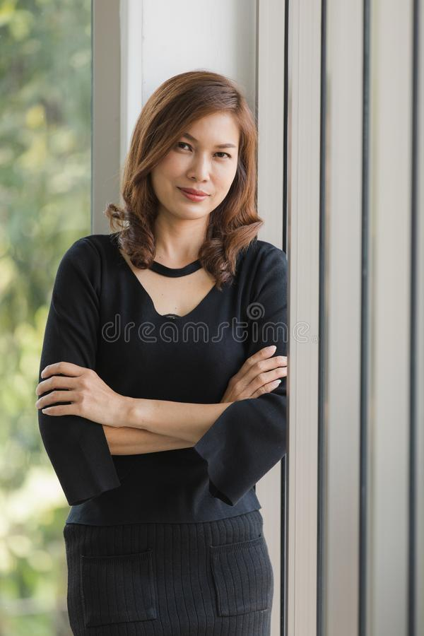 Senhora no vestido preto foto de stock