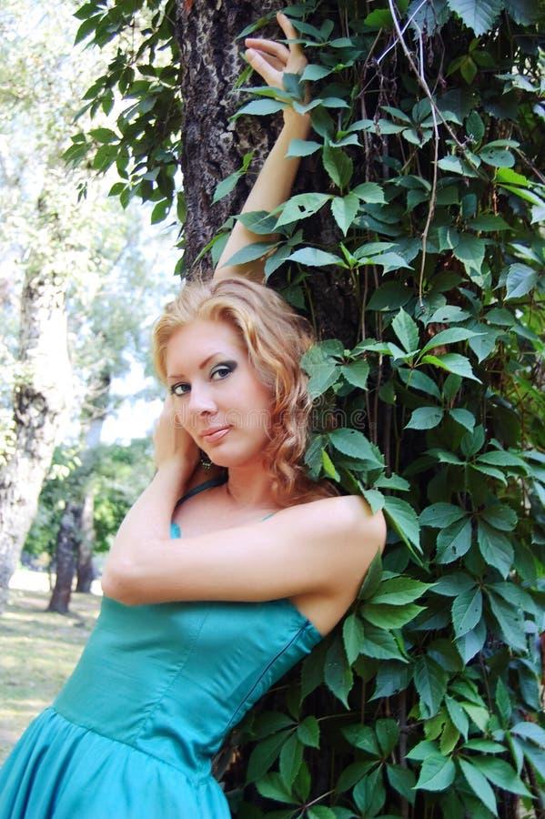 Senhora no vestido verde fotografia de stock royalty free