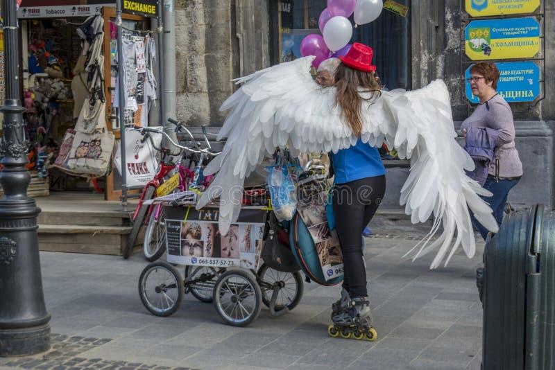 Senhora nos patins de rolo que vendem tatuagens da hena na rua fotos de stock royalty free