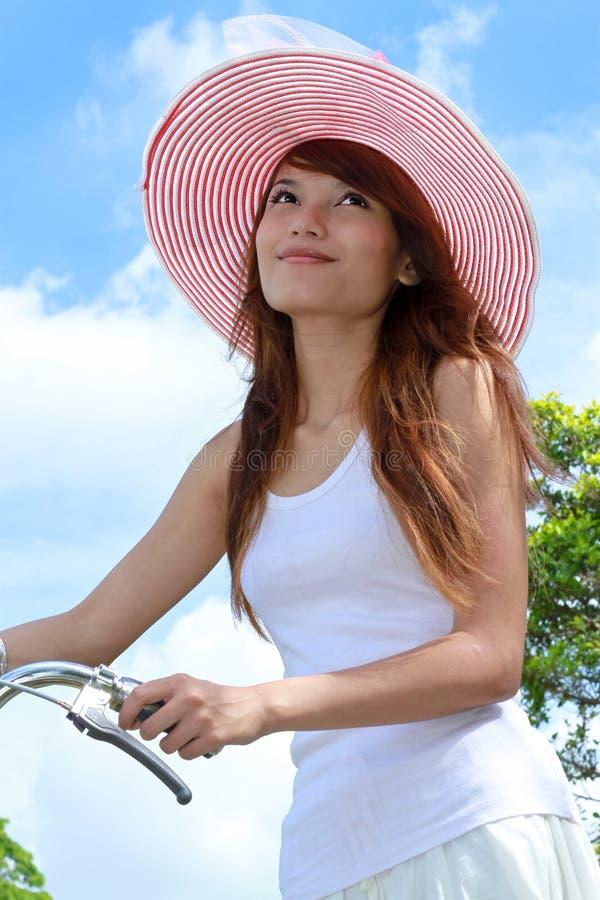 Senhora nova com bicicleta fotos de stock