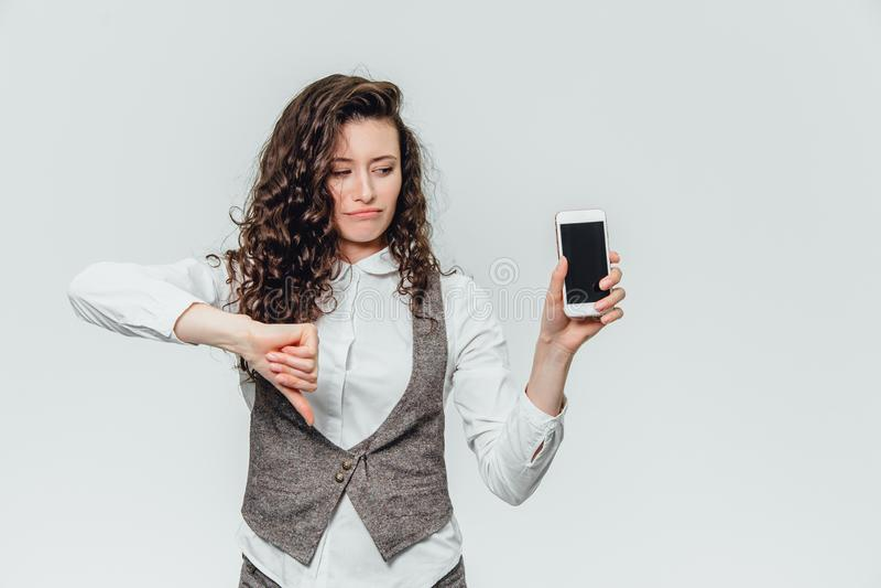 Senhora nova do negócio com cabelo encaracolado bonito em um fundo branco imagem de stock