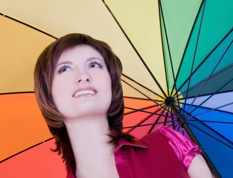 Senhora nova que está com guarda-chuva da cor imagem de stock royalty free