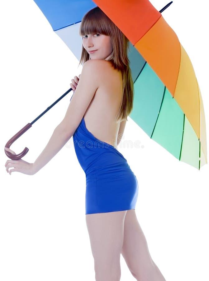Senhora nova que está com guarda-chuva da cor fotografia de stock royalty free