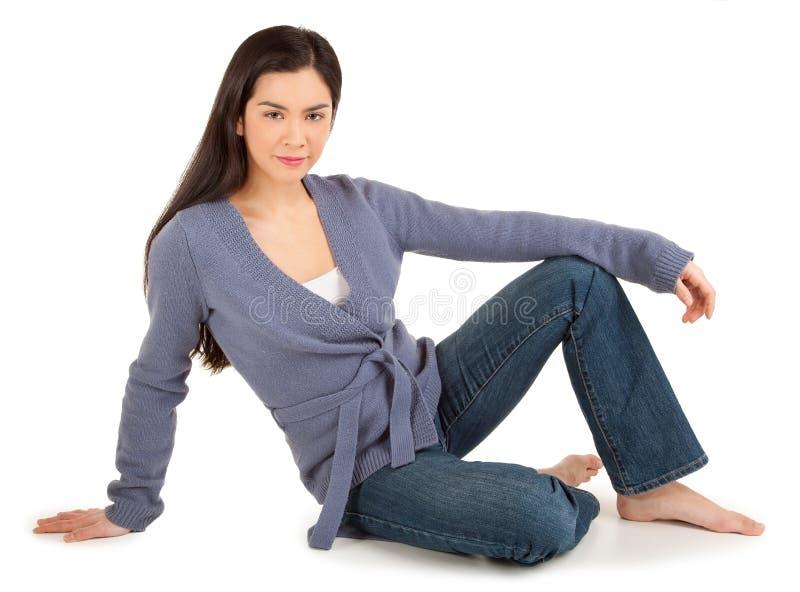 Senhora ocasional vestida Sitting no assoalho foto de stock royalty free