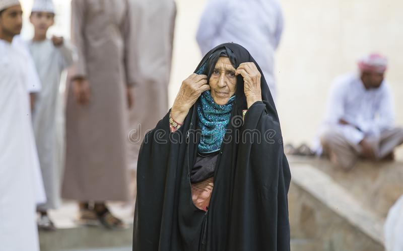 Senhora omanense idosa no mercado de Nizwa foto de stock
