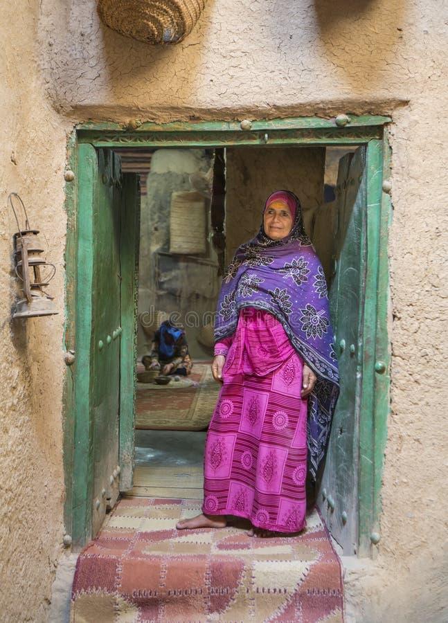 Senhora omanense no outfot do iraditional fotografia de stock royalty free