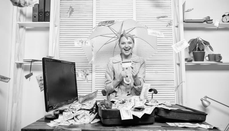 Senhora ou contador do neg?cio da mulher sob o guarda-chuva girl financeiro guardara um bloco do prazer dos d?lares Contador com  imagem de stock royalty free