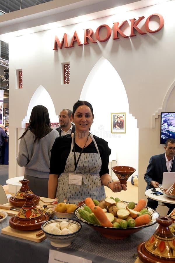 Senhora Perito do alimento de Lalla Nezha no suporte do trave de Marrocos imagens de stock